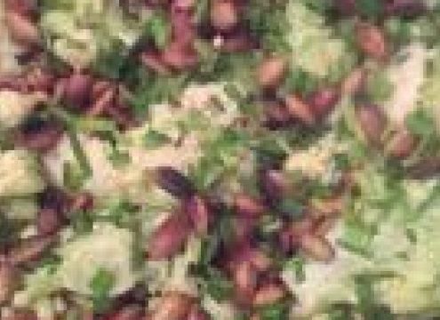 Blomkåls-tzatziki med purløg og græskarkerner