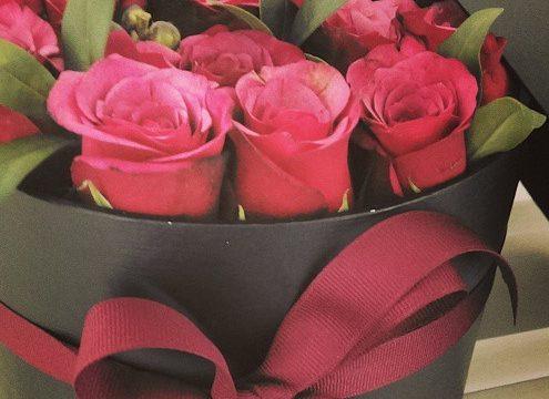 En æske med roser – den fineste værtindegaveidé