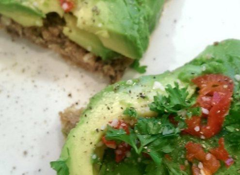 Gourmetlækker, sund avocadomad med chili, lime og persille