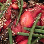 Kød med jordbær, bønner og dressing til sommerens gæster