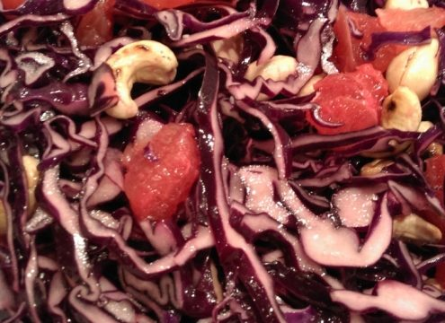 Salat med rødkål, citrusfrugt og nødder