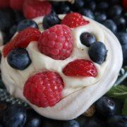 Små marengsreder med vanillefløde og bær
