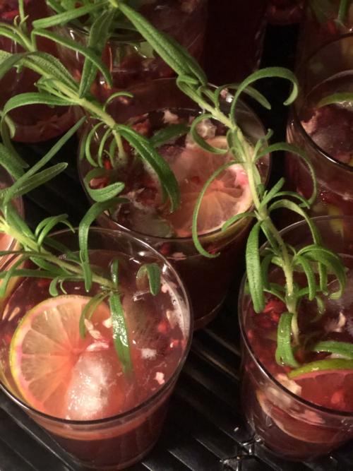 Rød juledrink med gin, tonic og granatæble