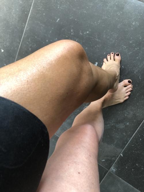 Før og efter påføringen af selvbruner fra Bondi Sands