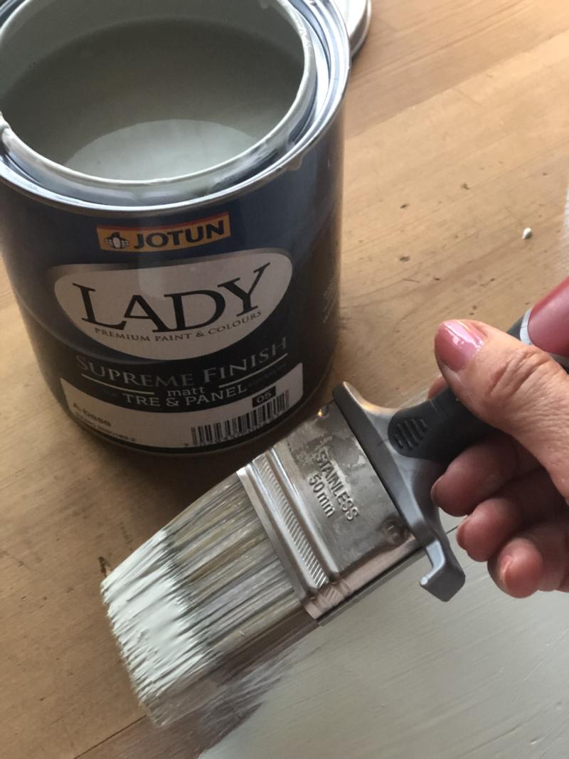 Farven Exhale fra Jotun brug på et gammelt møbel
