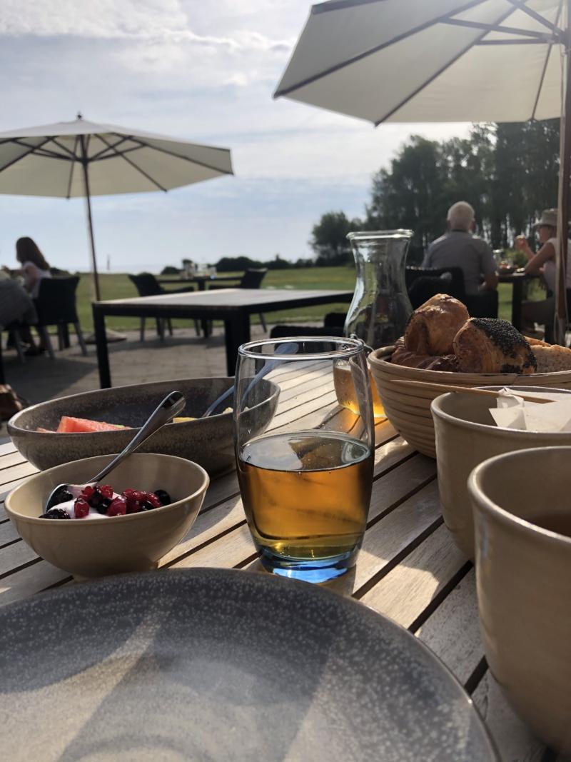 Morgenmad med udsigt på restaurant Skipperly på Vejrø