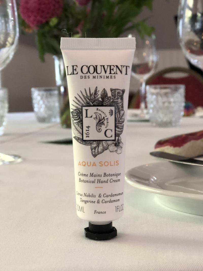 Lille dekorativ håndcreme fra Le Couvent er en smuk gave til gæsterne.