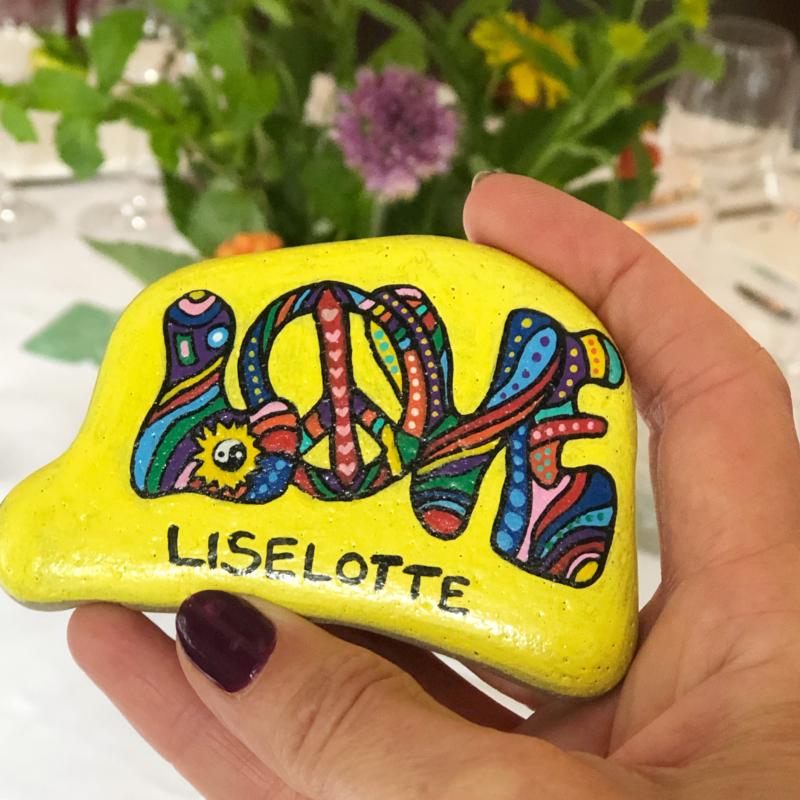 Rocking Stones håndmalede bordkort på sten er en fin personlig gave til gæsterne