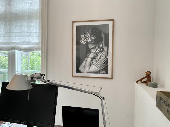 Smuk sort hvid Frida Kahlo plakat