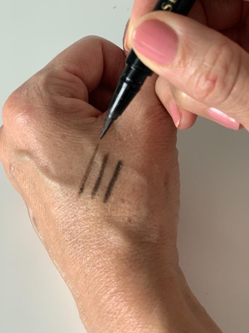 Flydende brun eyeliner fra Sensai er smuk og naturlig og let at lægge.