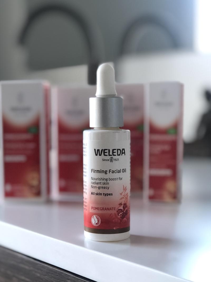Weleda firming facial oil er spækket med naturlige oiler, der glatter og opstrammer olien