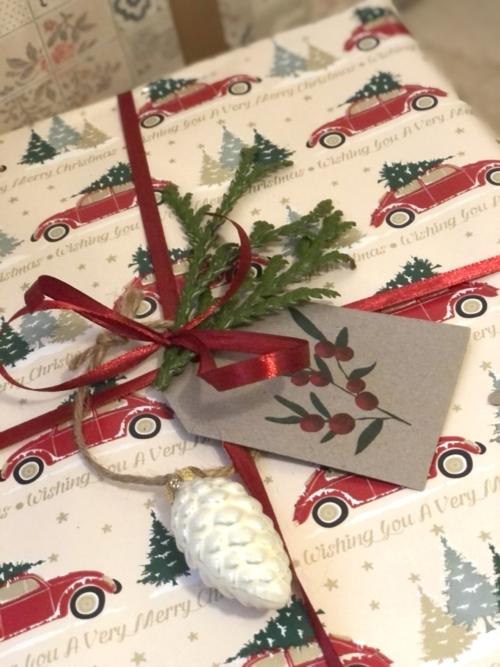 Julegaveindpakning til drengene og mændene med papir med biler fra Normal.