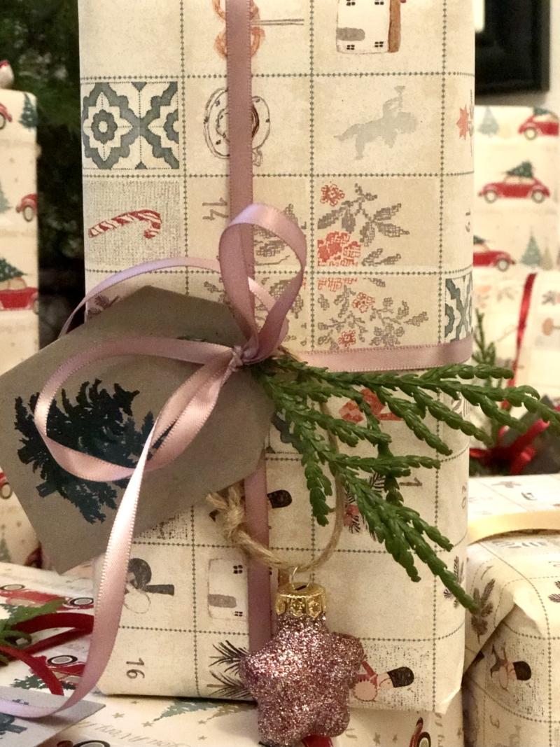 Sådan ser mine julegaver ud i år. Få inspiration til indpakningen på Qland.
