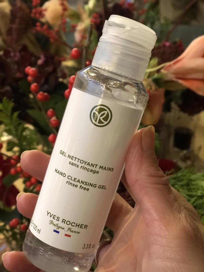 Yves Rochers Hans Cleansing Gel er med 70% sprit og glycerin, som giver fugt til hænderne.