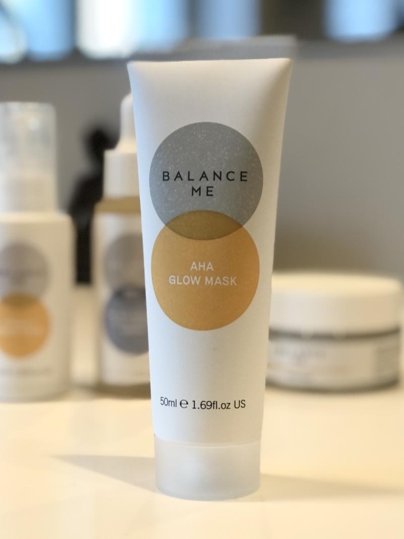 Glow Maske med milde frugtsyrer og fin kaolin ler fra Balance Me giver ny glød til huden.
