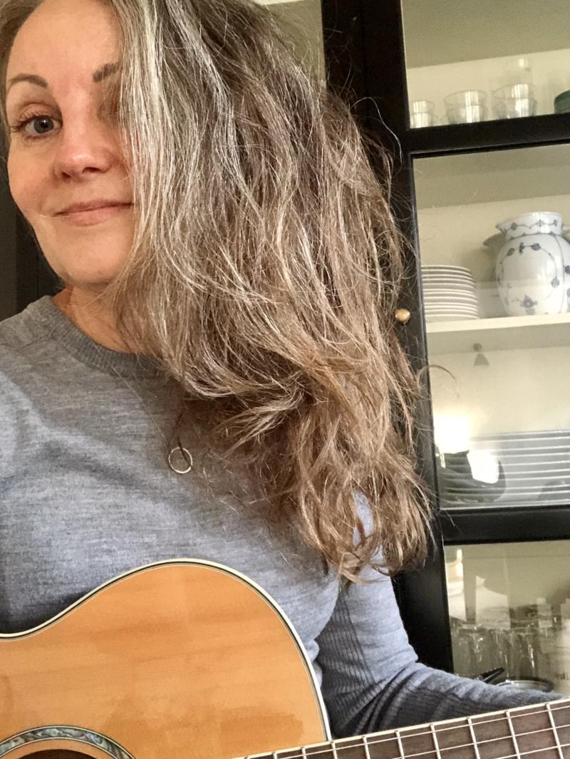 Øver guitarspil under Coronaen