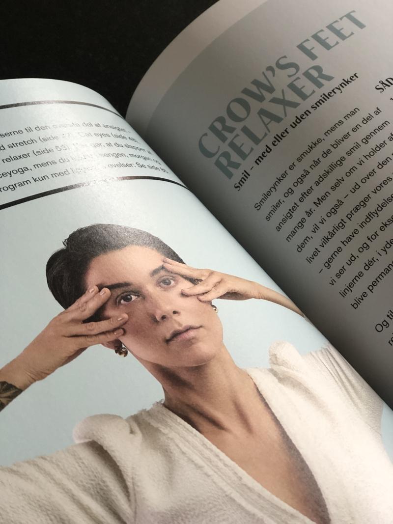 Vil du fx forbedre rynkerne omkring øjnene er der to specifikke - letforståelige - øvelser i bogen.