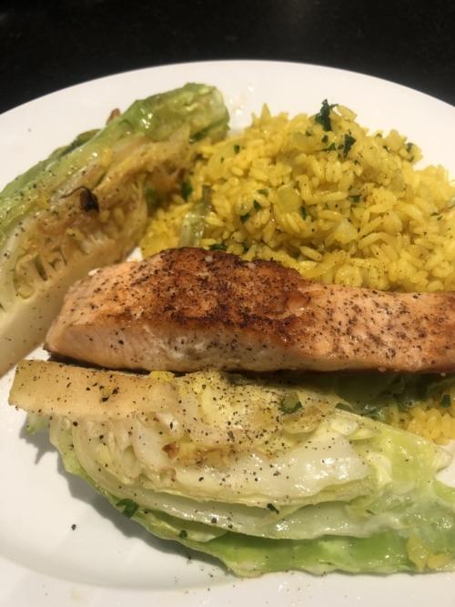 Sund aftensmad. Laks med stegt spidskål og ris med gurkemeje.