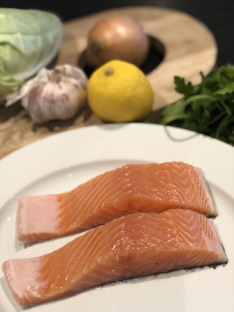 Sund aftensmad med fed fisk og kål.