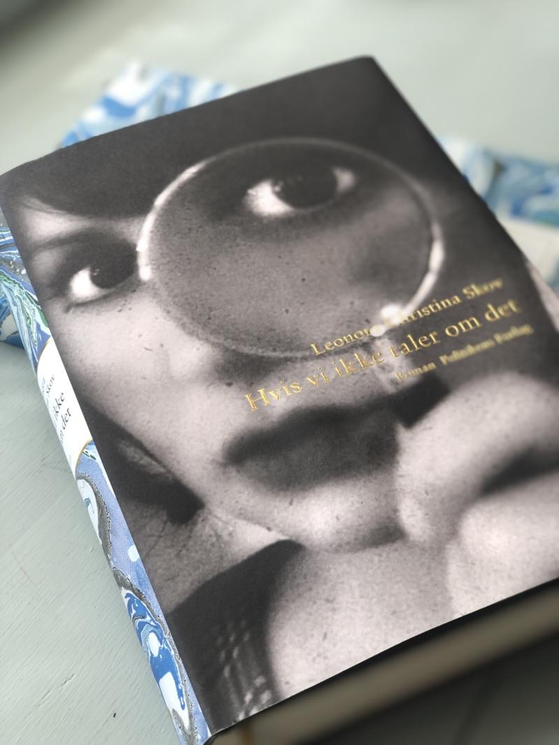"""""""Hvis vi ikke taler om det"""" er Leonora Christina Skovs opfølger på den store succesroman og vinder af De Gyldne Laurbær, """"Den, der lever stille""""."""