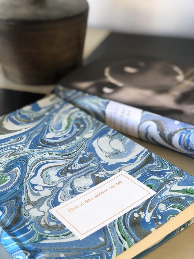 """Leonora Christina Skov har også designet en smuk notesbog med teksten """"Hvis vi ikke skriver om det"""""""