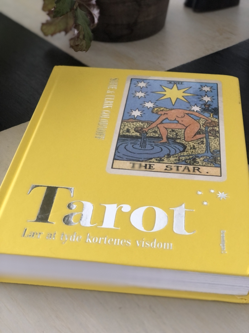 Den nye bog Tarot er Sofie Golodnoffs opdatering af hendes far, tarotmesteren Ulrik Golodnoffs grundbog om tarotkort.
