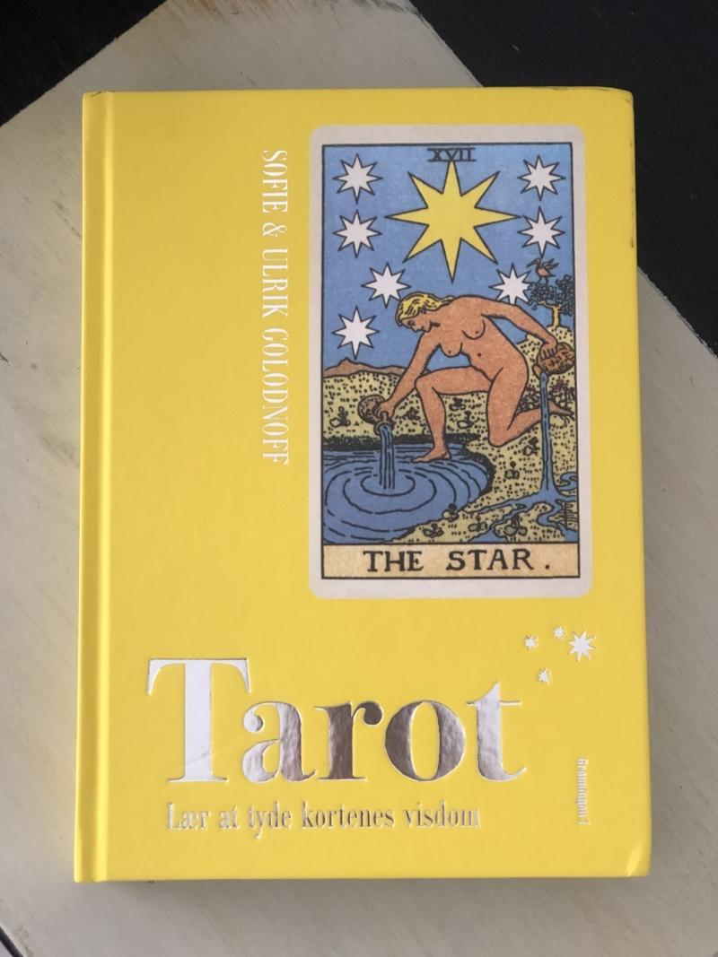 Bogen Tarot af Sofie Golodnoff giver en brugbar indføring i tarotkortenes verden!
