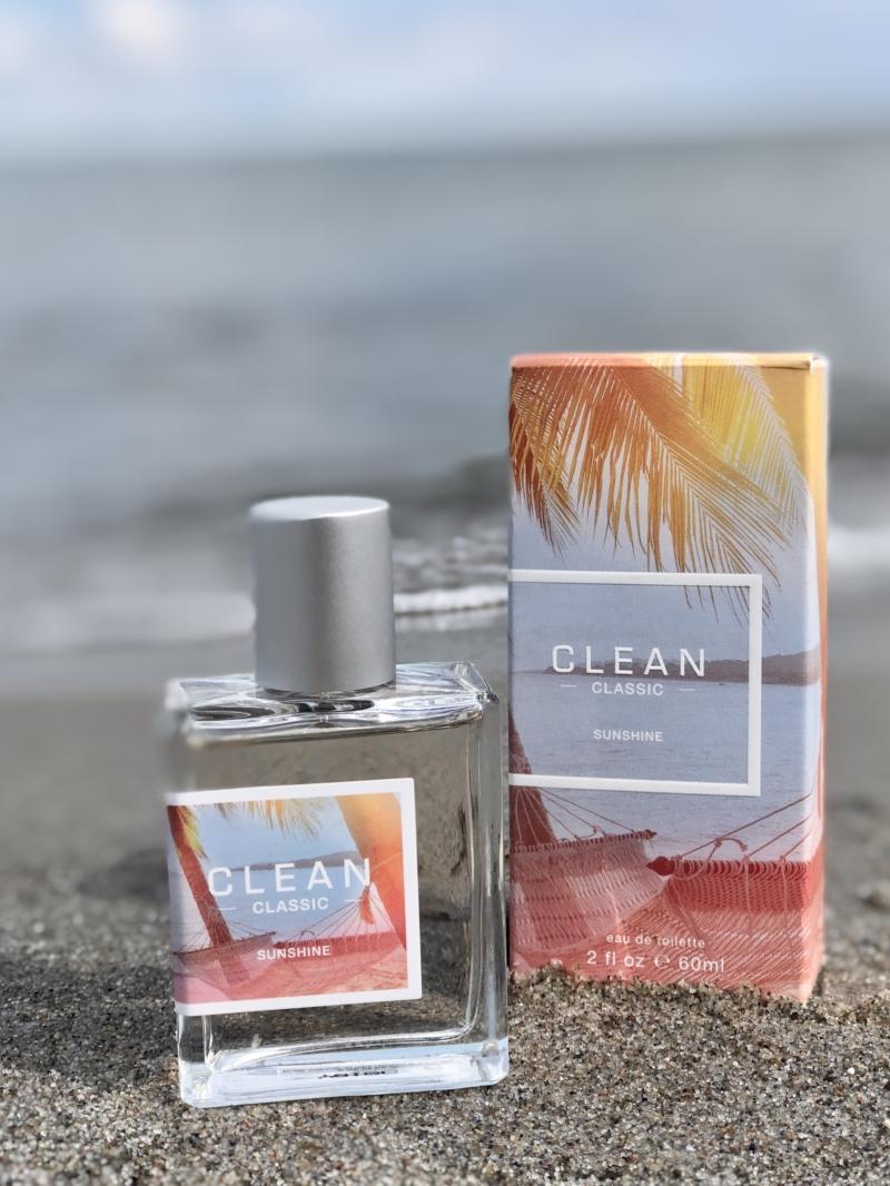 Clean Sunshine EdT er sommer på flaske! Den er essensen af sol, sommer og glæde.