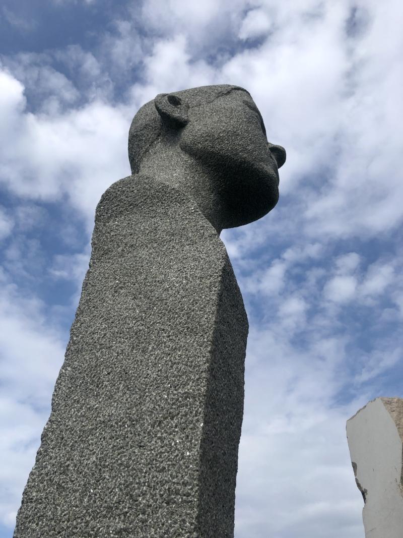 Dodekalitten består af stenstøtterne på 7-9 meter med et to meter udhugget hoved øverst. Valget af forskellige stenarter skal repræsentere den nordiske samhørighed.