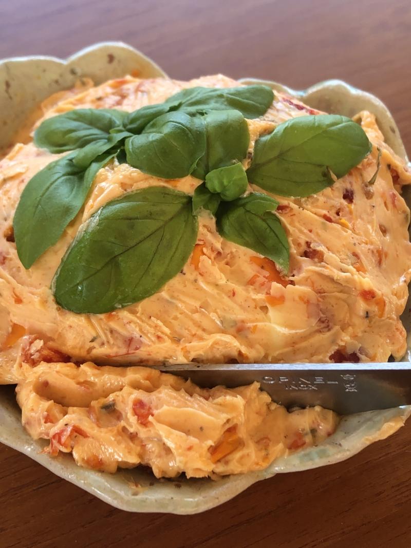 den lækreste kryddersmør med semidried tomater og hvidløg. Få opskriften her.