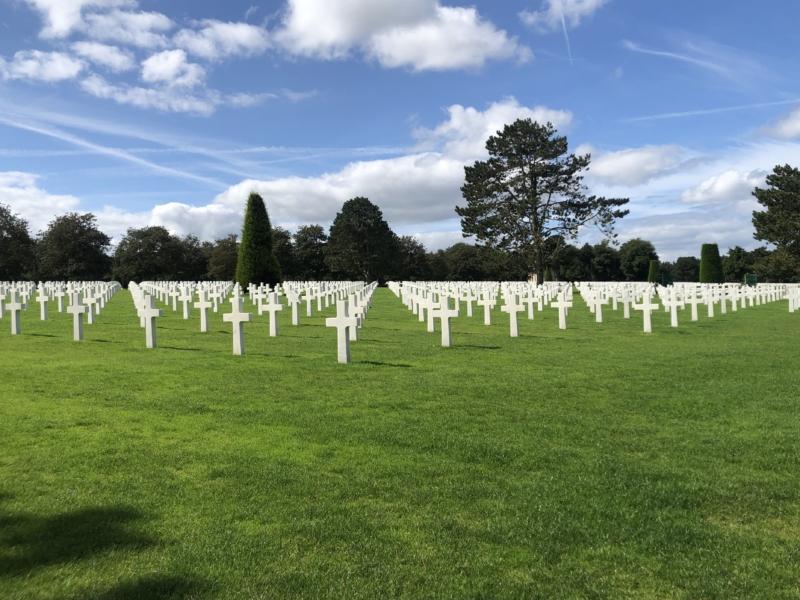 Derefter fortsatte vi til Omaha Beach og så kirkegården for de flere end 9.000 amerikanske faldne. Begge steder så vi museerne og fik virkelig fortalt historien.